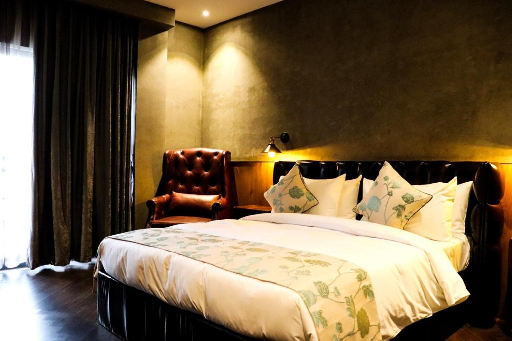 A bed or beds in a room at HH Hotel & Sky Bar