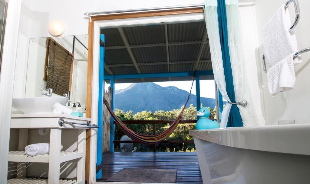 A bathroom at Tsitsikhaya Lodge