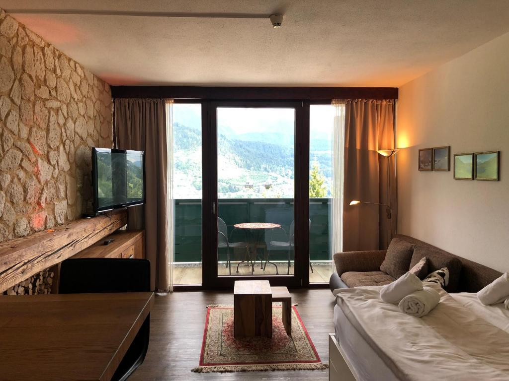 A seating area at Alpine Studio Apartment - Dachstein Mountain View