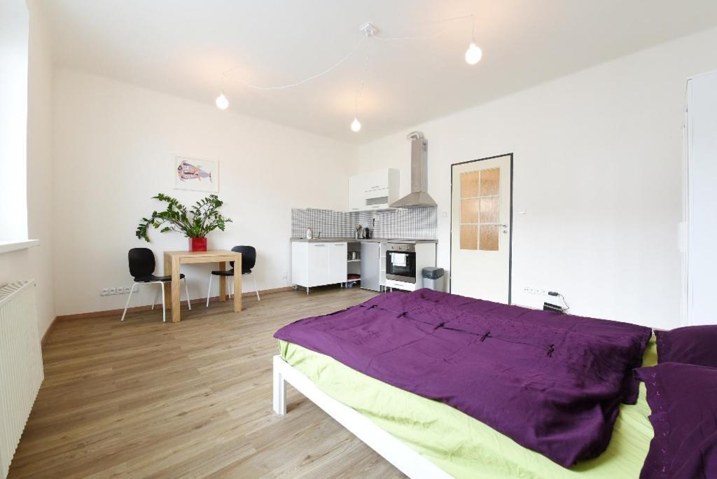 Ένα ή περισσότερα κρεβάτια σε δωμάτιο στο METRO 5min, COMFORTABLE, NEWLY RENOVATED and BEAUTIFUL
