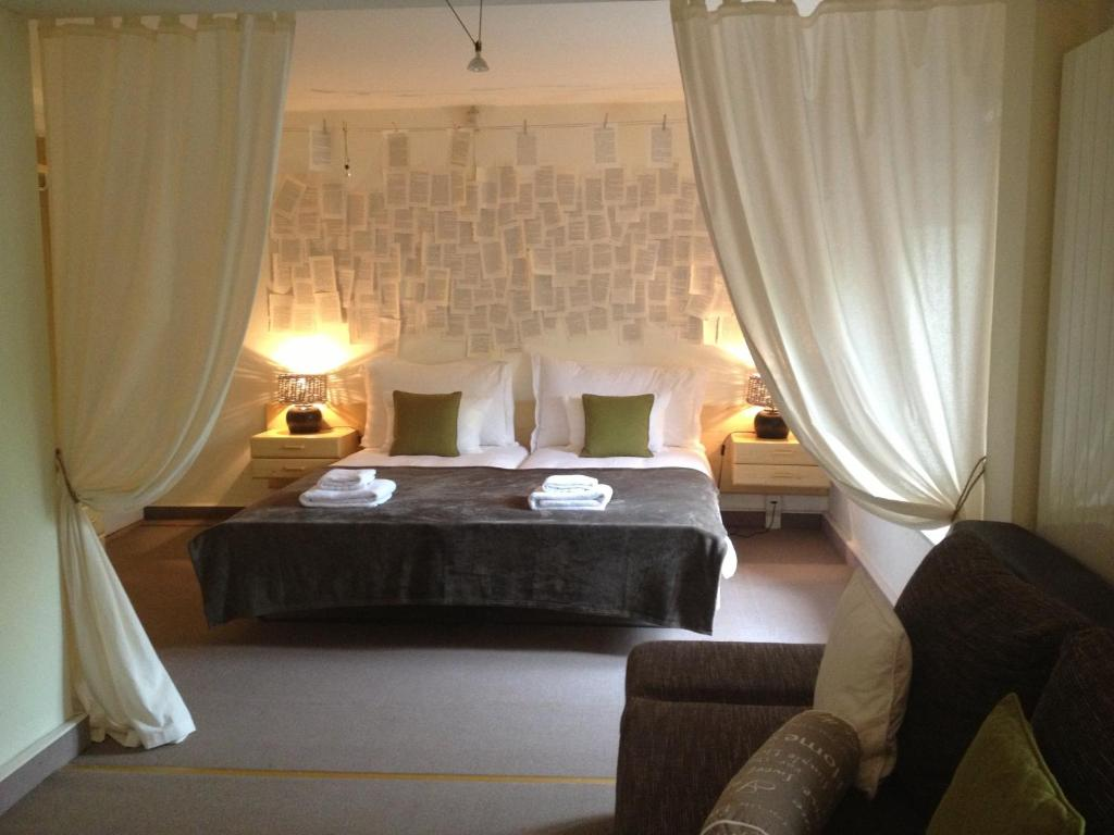 A bed or beds in a room at Auberge de Duillier