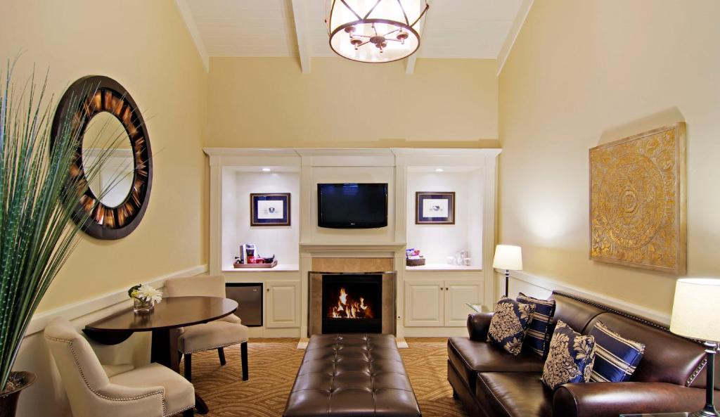 A seating area at Carriage House Inn