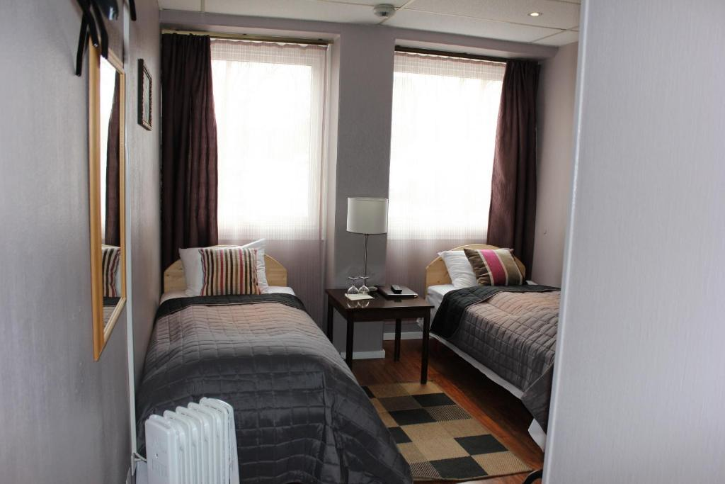A bed or beds in a room at Corner Hotell