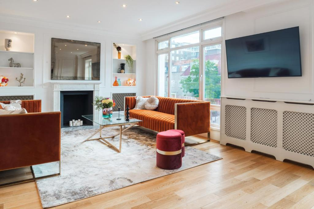 A television and/or entertainment centre at Sweet Inn - Marble Arch