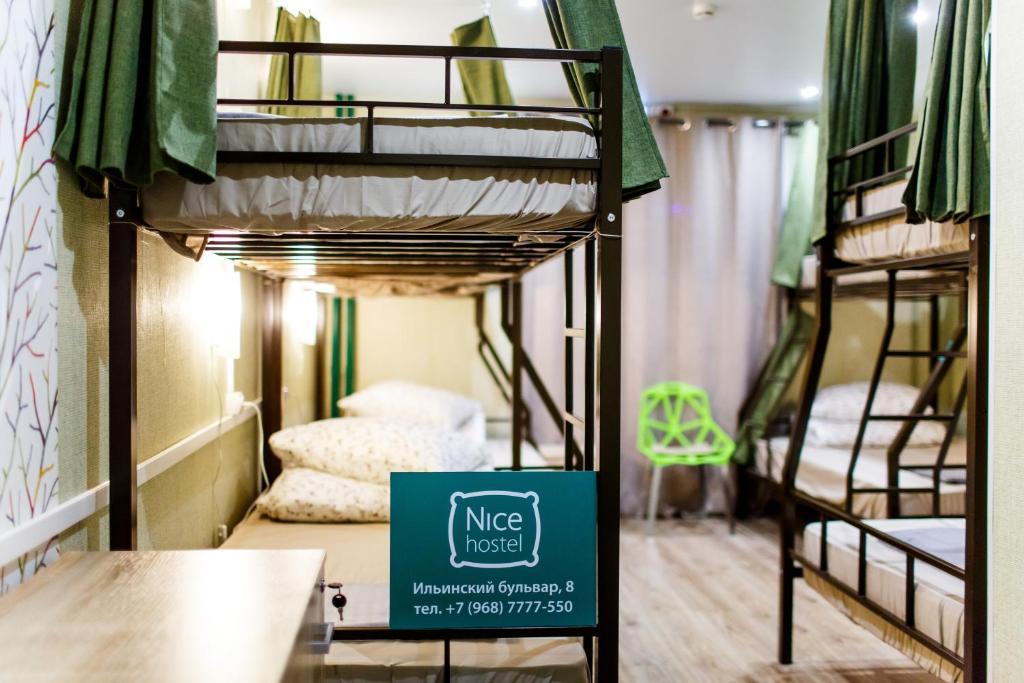 Двухъярусная кровать или двухъярусные кровати в номере Nicehostel Crocus