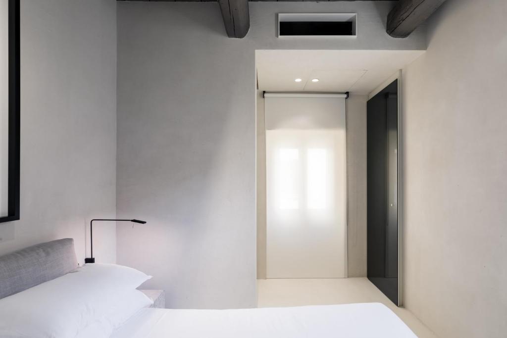 A bathroom at Hotel Scenario