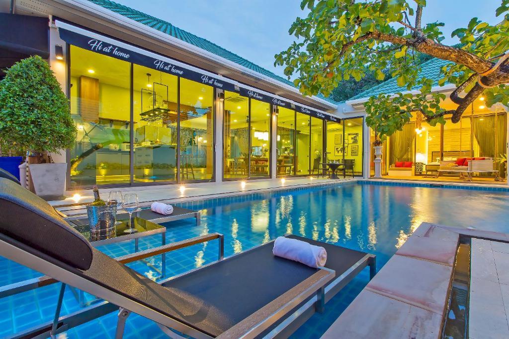 สระว่ายน้ำที่อยู่ใกล้ ๆ หรือใน Hi At Home - Luxury Pool Villa in Pattaya