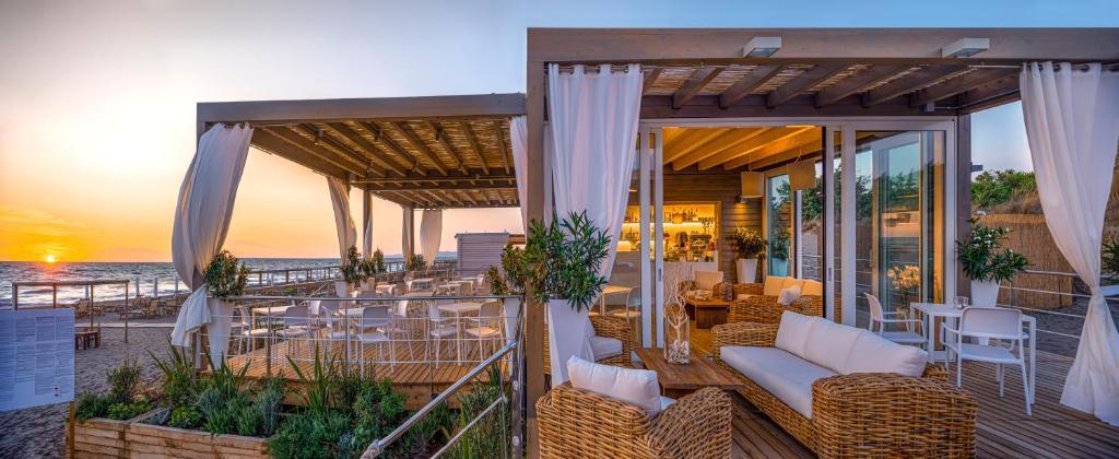 מסעדה או מקום אחר לאכול בו ב-Tombolo Talasso Resort