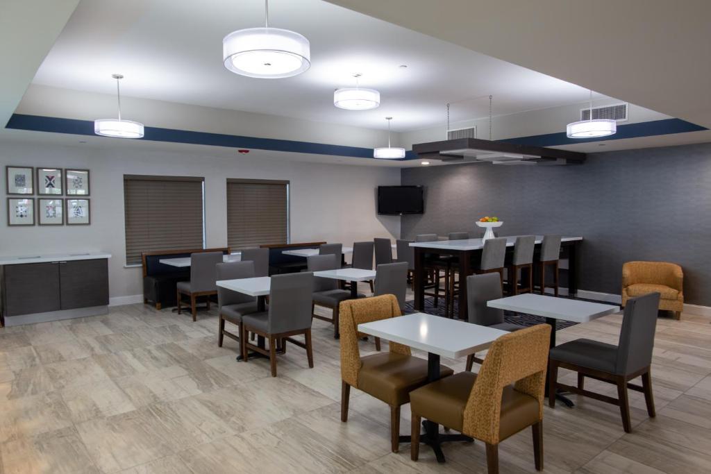 La Quinta Inn & Suites Houston East at Normandy