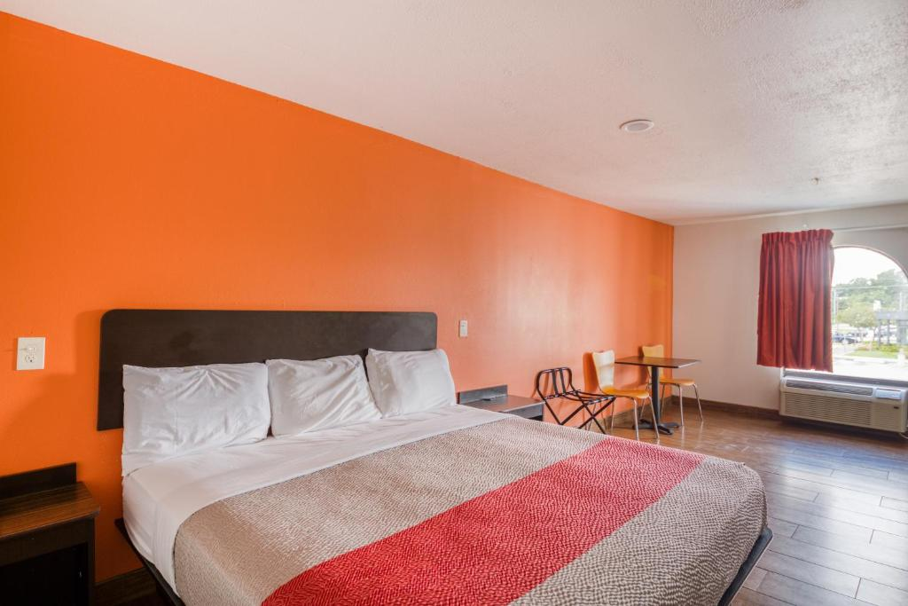 A bed or beds in a room at Hotel Denham Springs I-12