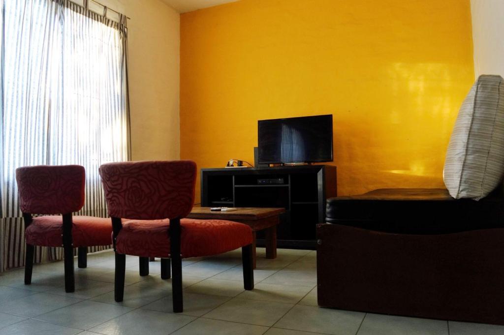 A seating area at Grupo Costanera Depto Santa Ana