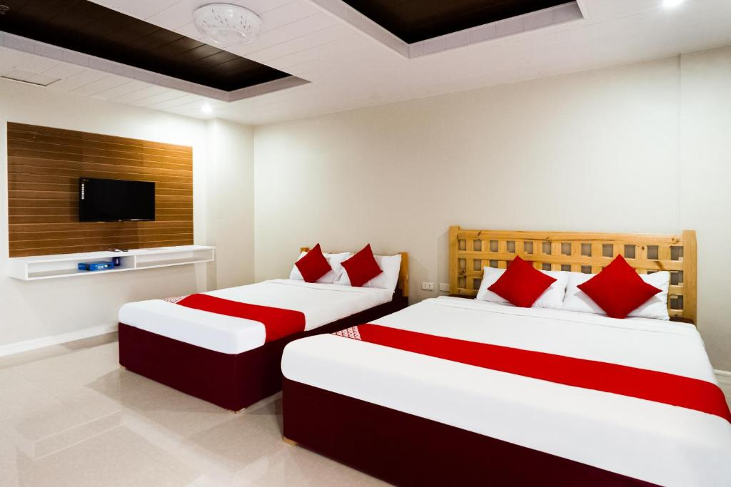 A bed or beds in a room at OYO 240 Country Artist Hotel