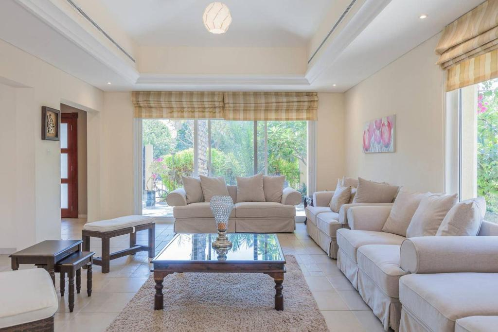 A seating area at Gorgeous 3 Bedroom Villa in Green Community