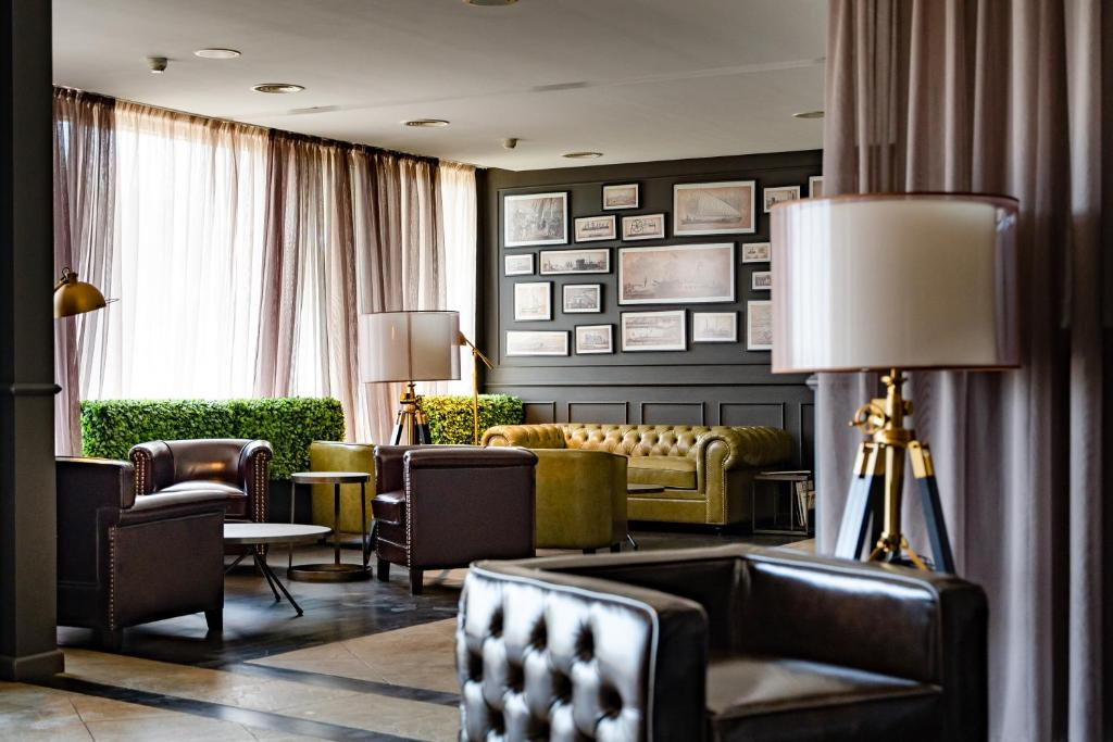 A seating area at Panorama Hotel