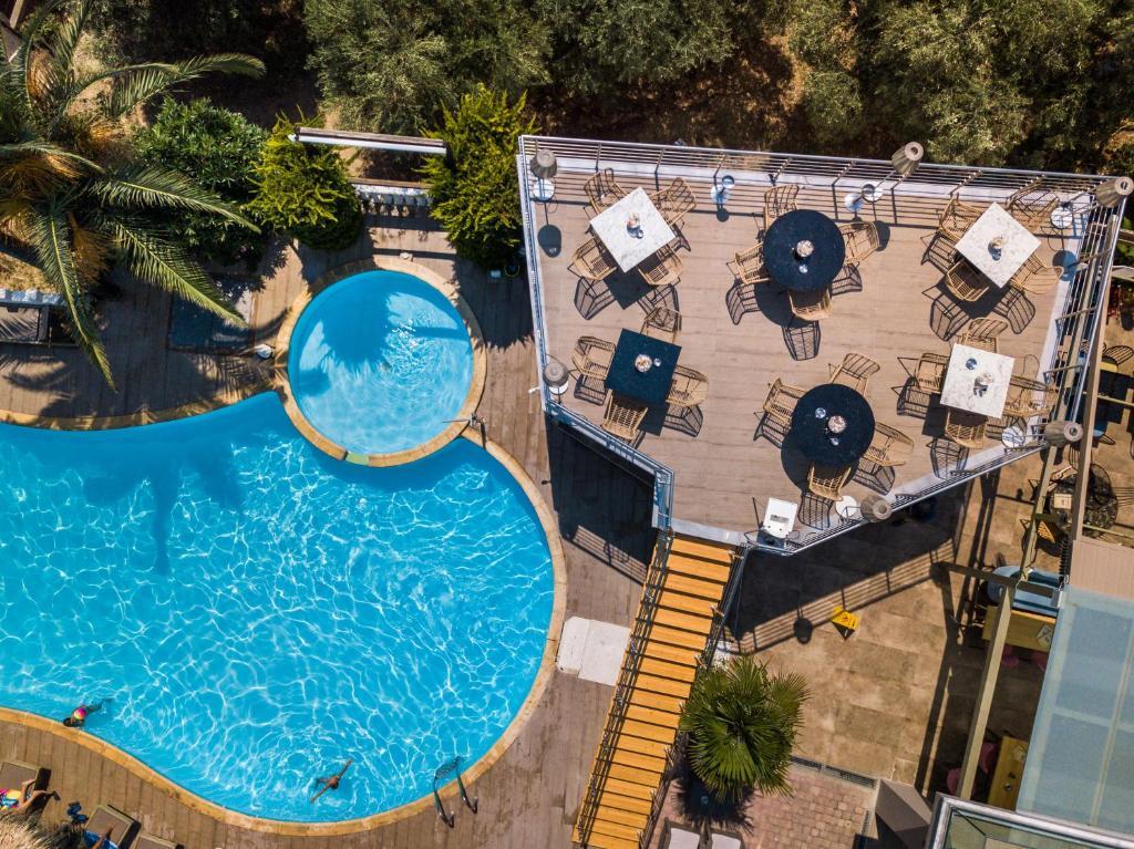 O vedere a piscinei de la sau din apropiere de Hotel Potos