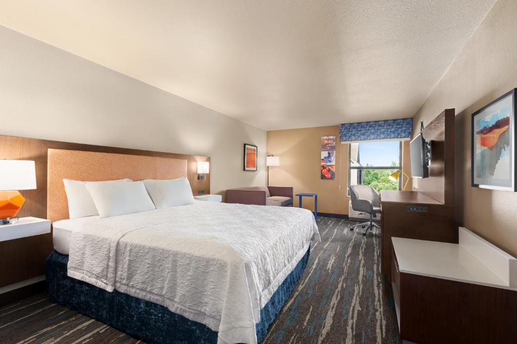 A bed or beds in a room at Hampton Inn Sacramento/Rancho Cordova