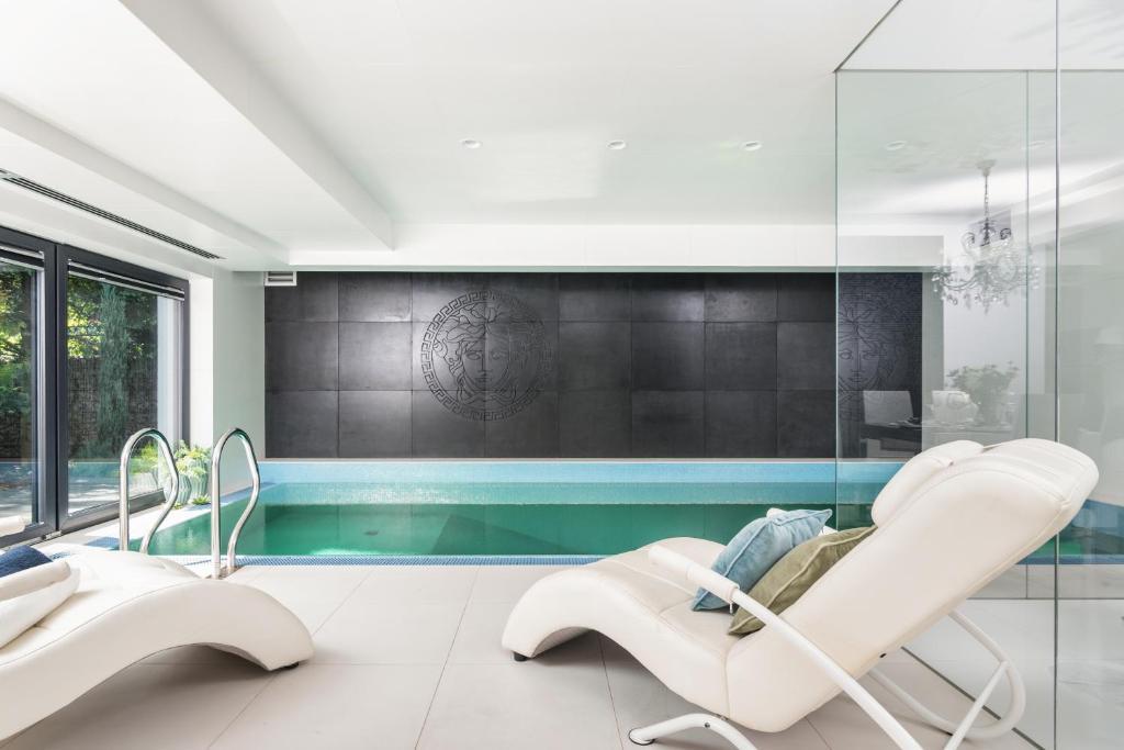 The swimming pool at or near Stunning Villa ! Pool Gym Sauna Garden Garage