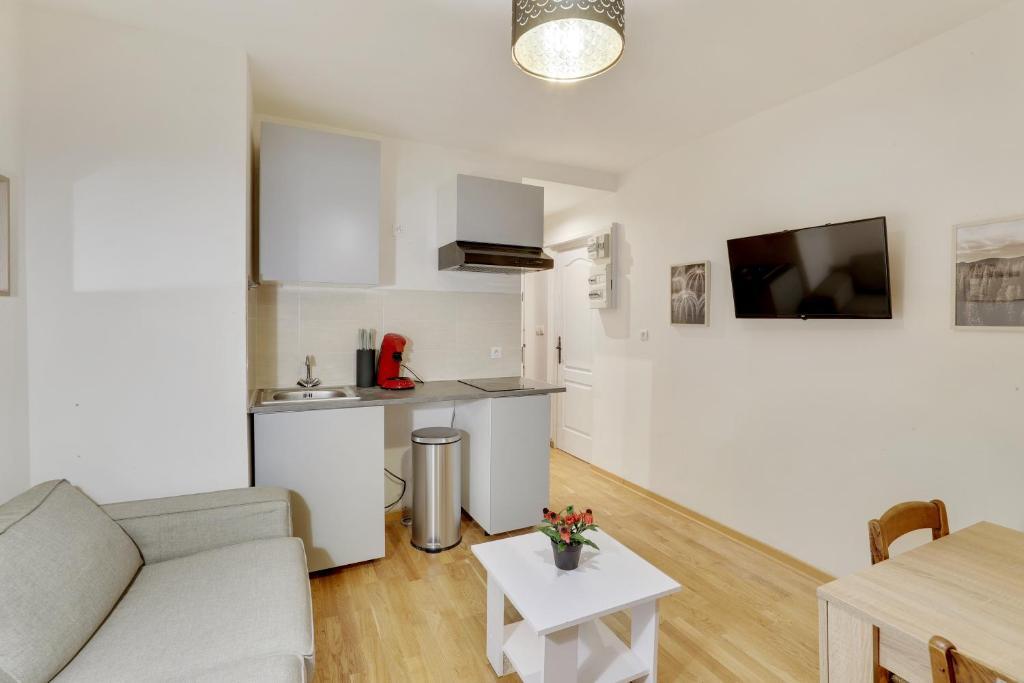 A kitchen or kitchenette at T2 4 people near Paris-Vincennes