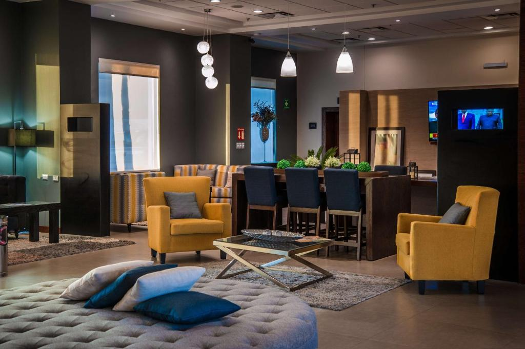 The lounge or bar area at Best Western Plus Chihuahua Juventud