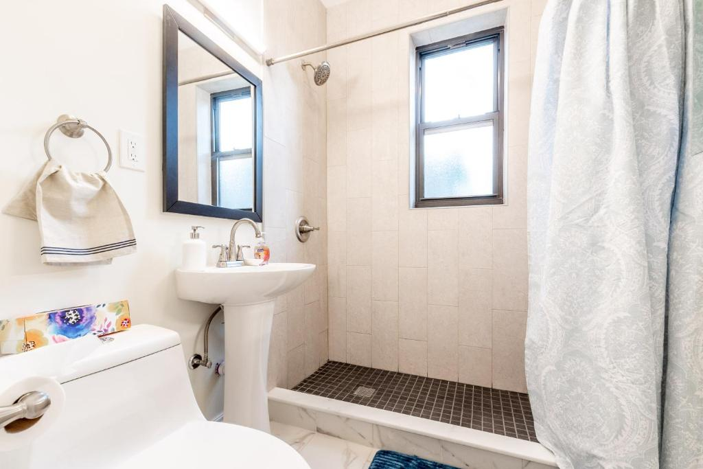 هتل 3 Bed 1 Bath with Washer Dryer in Unit 15 Min NYC