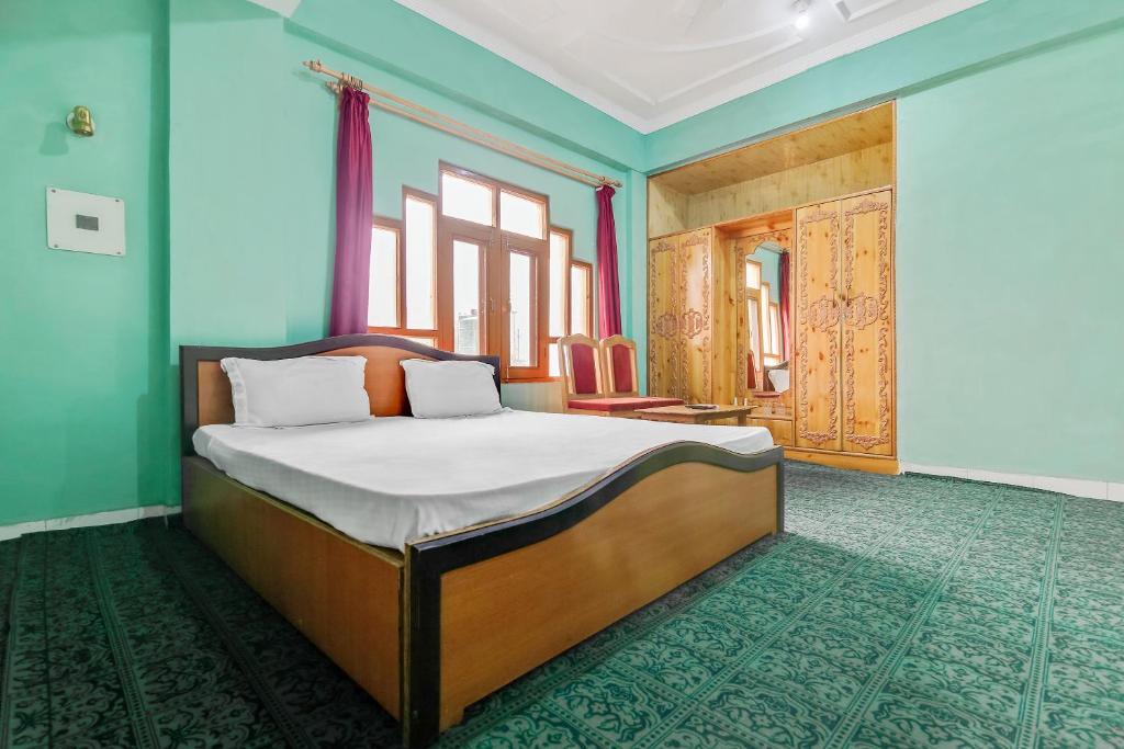 A bed or beds in a room at SPOT ON 47898 Living Style Guest House SPOT