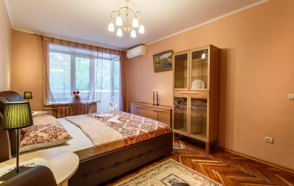 A bed or beds in a room at Perfect 2-rooms Kolomenskoe