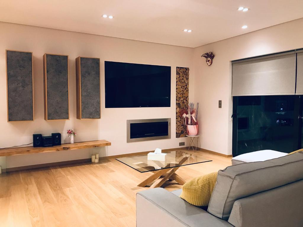 A television and/or entertainment centre at Luxury & Stylish Family Apartment