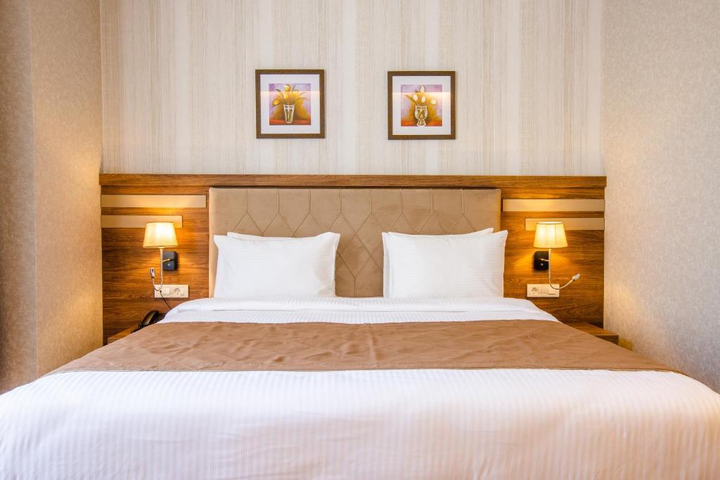 سرير أو أسرّة في غرفة في City Park Hotel