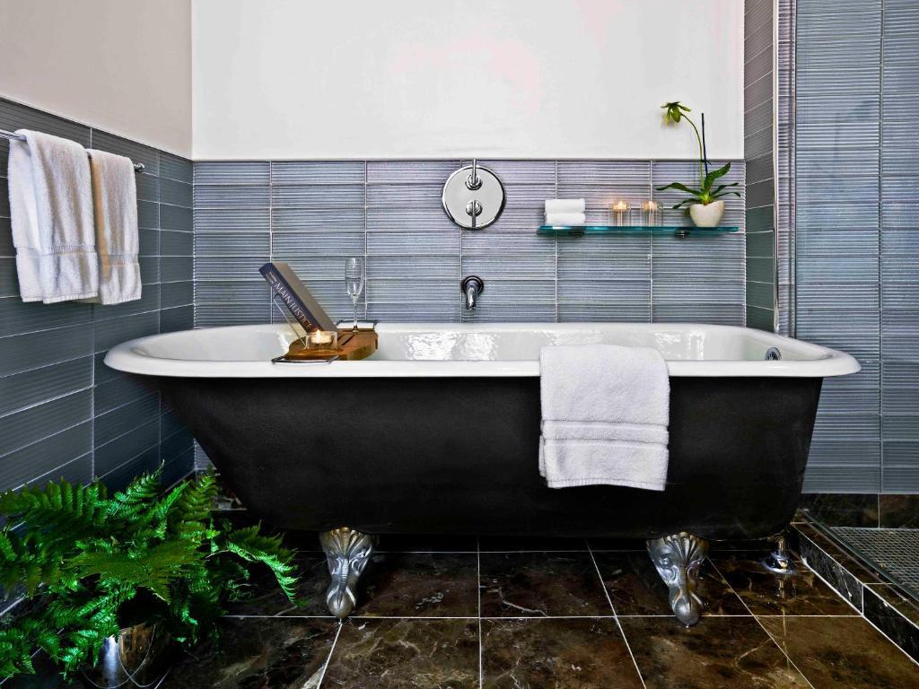 Ein Badezimmer in der Unterkunft Gild Hall - A Thompson Hotel