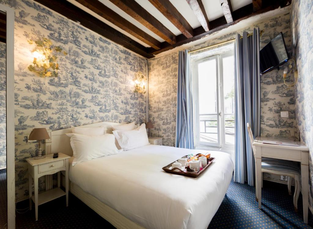 A bed or beds in a room at Regyn's Montmartre