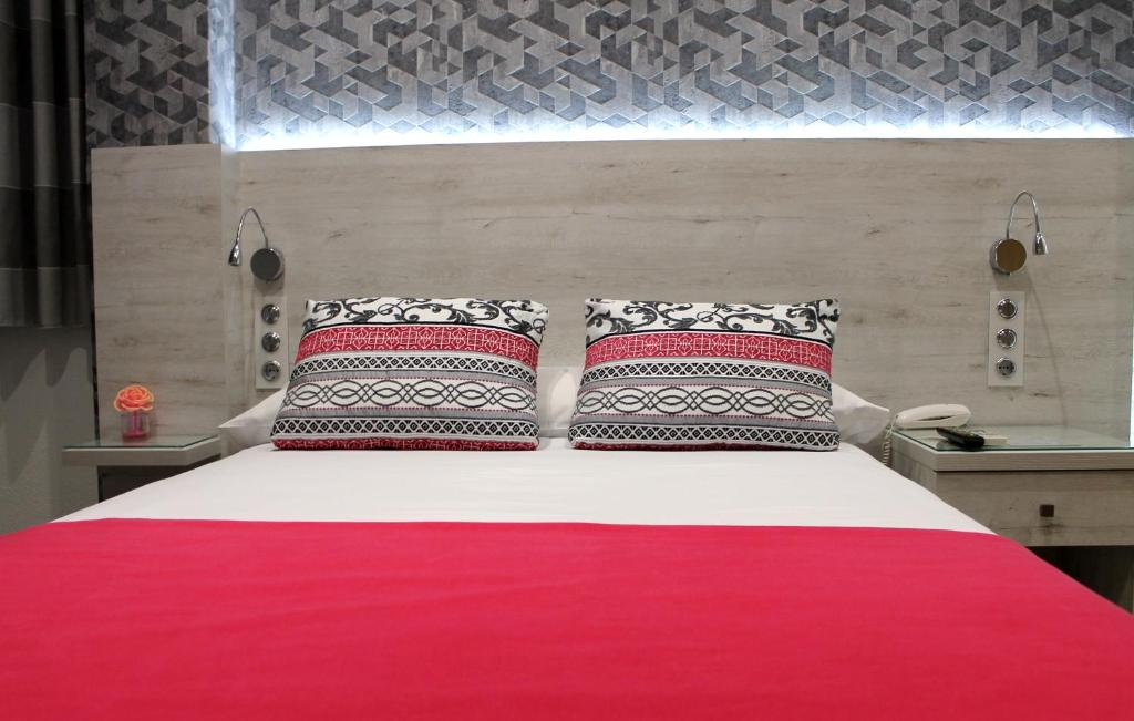 A bed or beds in a room at Hotel Restaurante Santos
