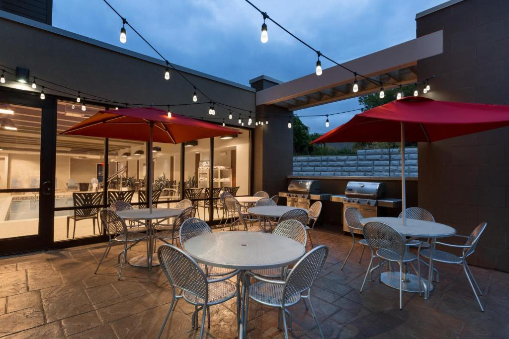 A restaurant or other place to eat at Home2 Suites by Hilton Rochester Henrietta, NY