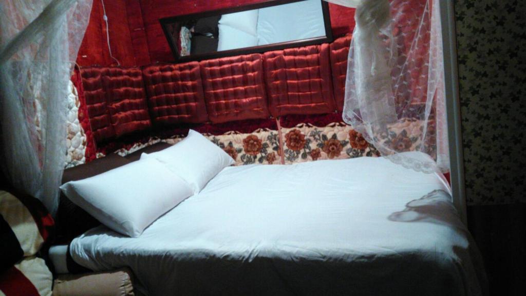 Tempat tidur dalam kamar di Backpaker home family