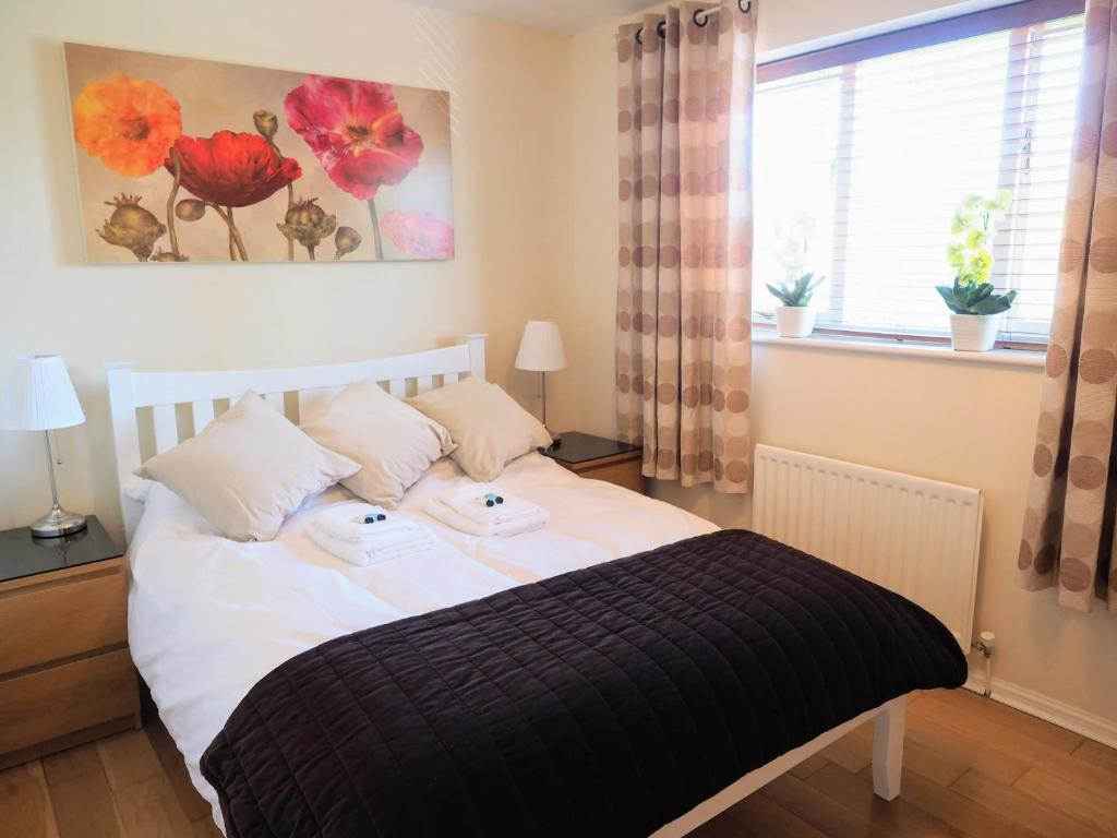 A bed or beds in a room at Beautiful 3-bed house close to Central Manchester