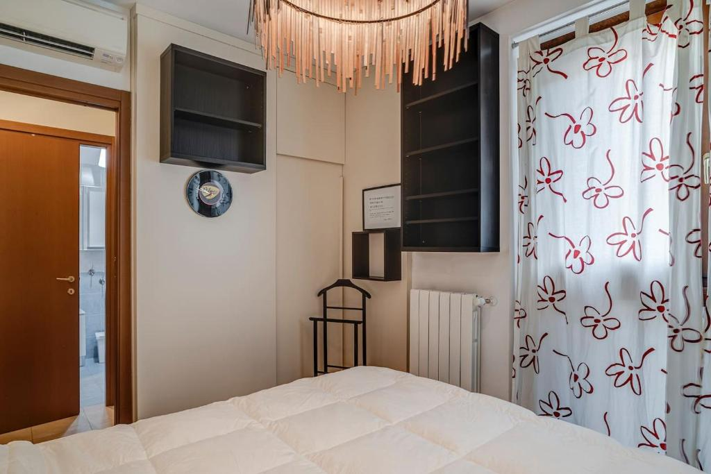 A bed or beds in a room at Appartamento confortevole zona Crescenzago
