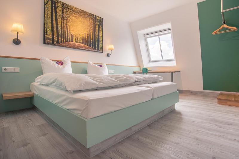 Ein Bett oder Betten in einem Zimmer der Unterkunft Auszeit Das Hotel Schweitenkirchen