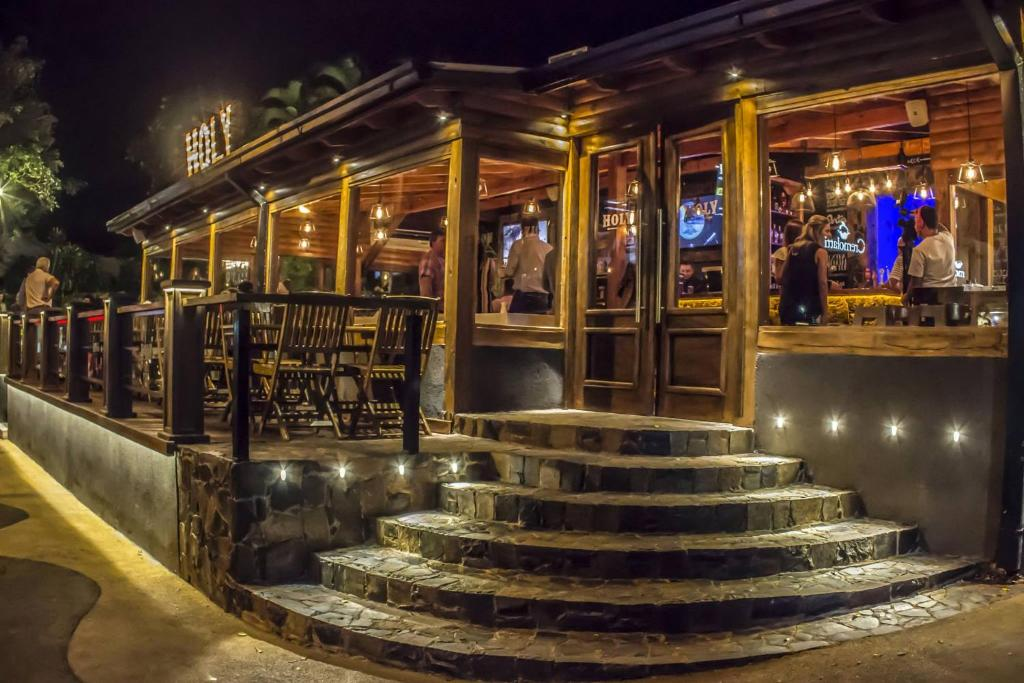 La sala de estar o bar de Tangoinn Downtown & Bar Iguazú