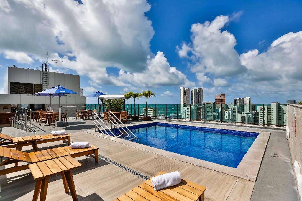 A piscina localizada em Ramada by Wyndham Recife Boa Viagem ou nos arredores