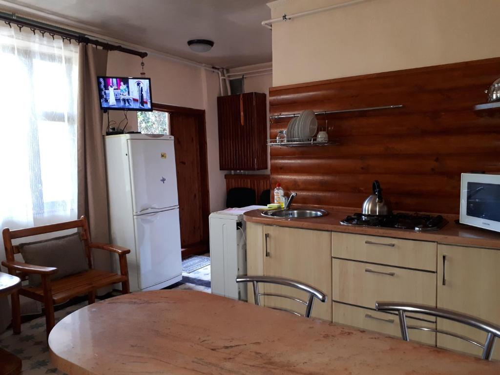 A kitchen or kitchenette at Cottage in Yalta