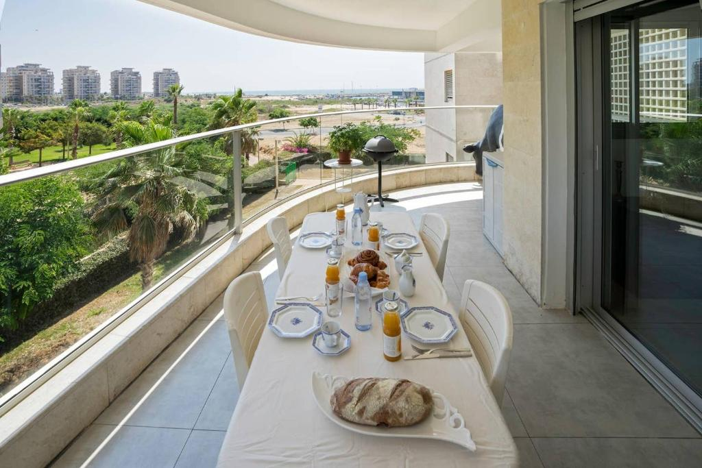 A restaurant or other place to eat at Luxury Marina Apartment by Airsuite