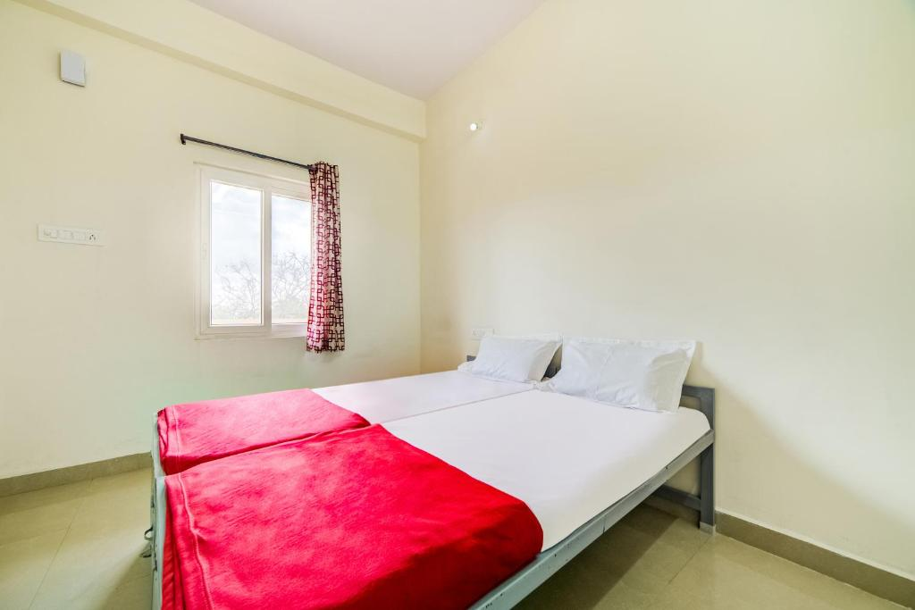 A bed or beds in a room at SPOT ON 46762 Vaishnavi SPOT