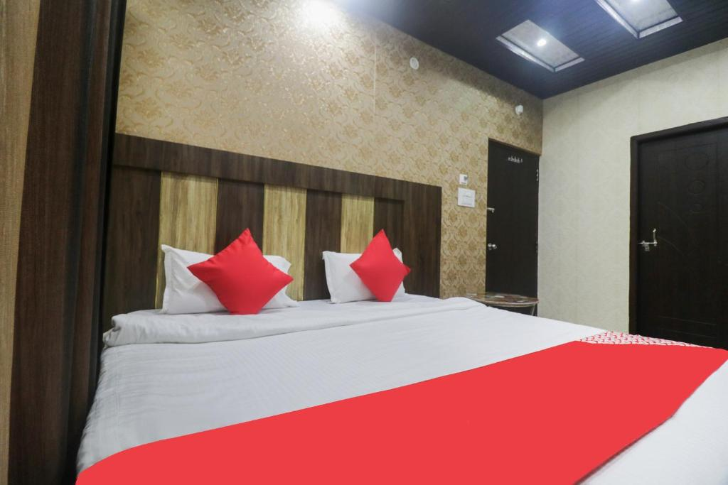 A bed or beds in a room at OYO 49180 Hotel Chandra Inn