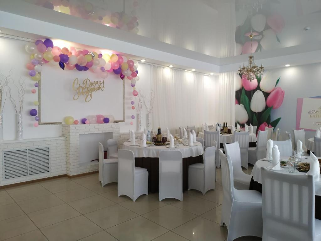 A restaurant or other place to eat at Hotel complex Baikalskiy Rai