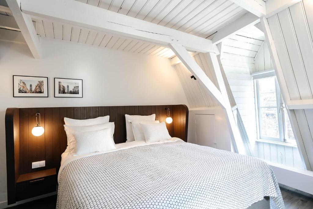 سرير أو أسرّة في غرفة في Cozy Pillow