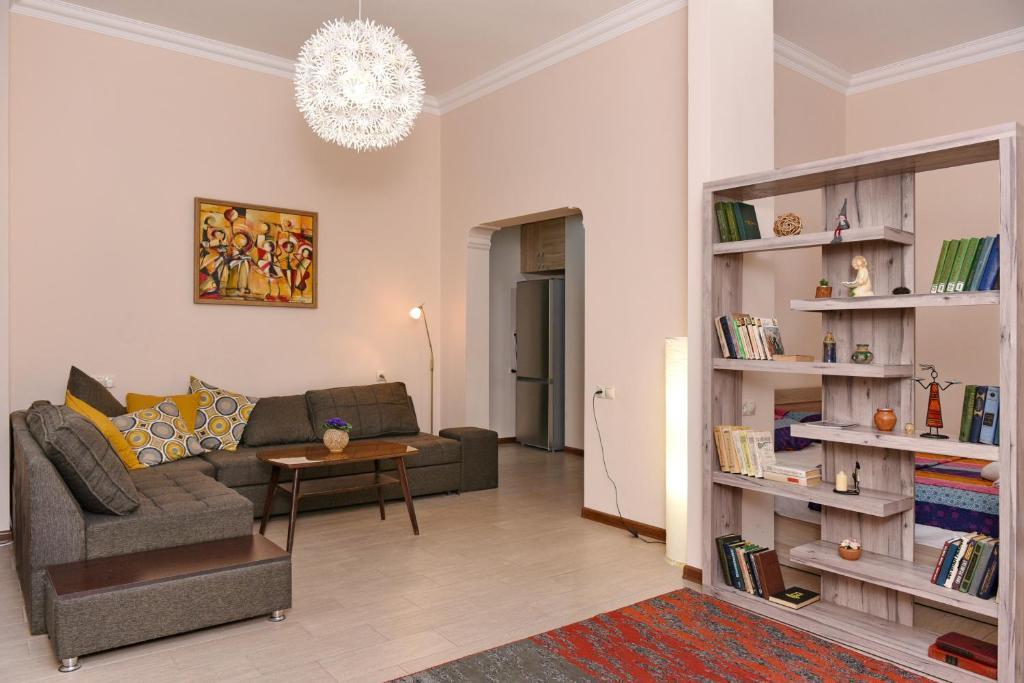 A seating area at Bagratuniats Apartment