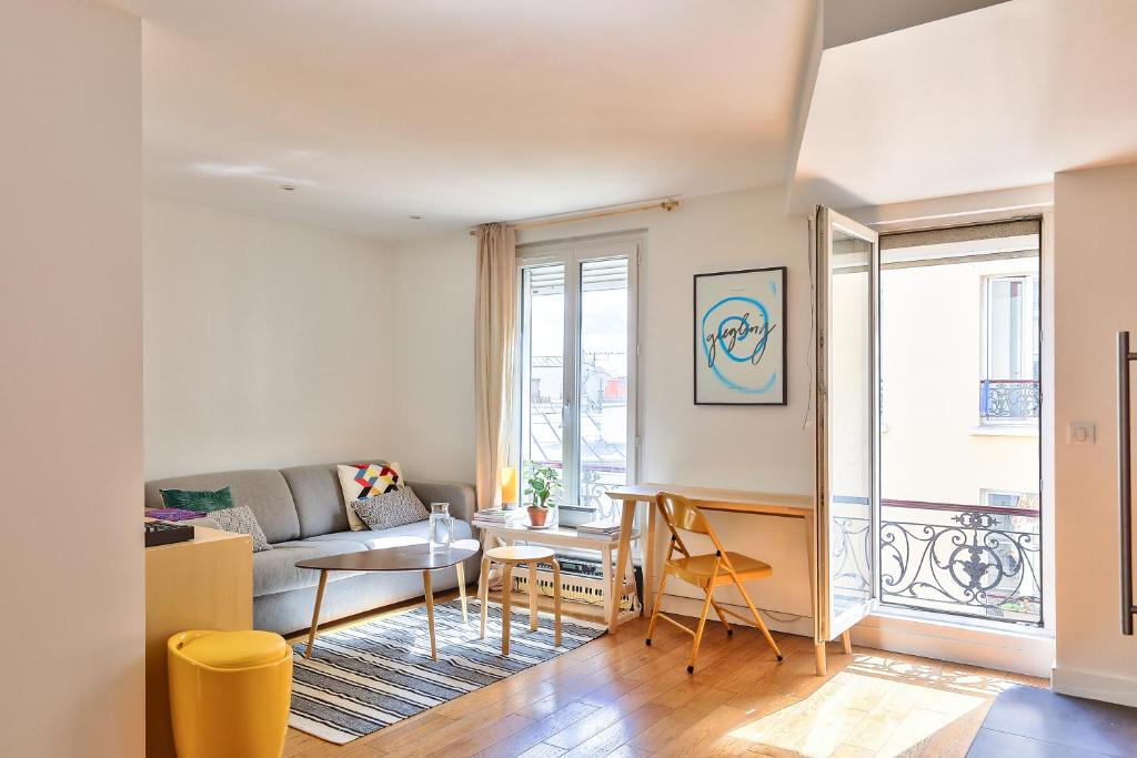 A seating area at Comfortable and Modern Apartment for 3 People