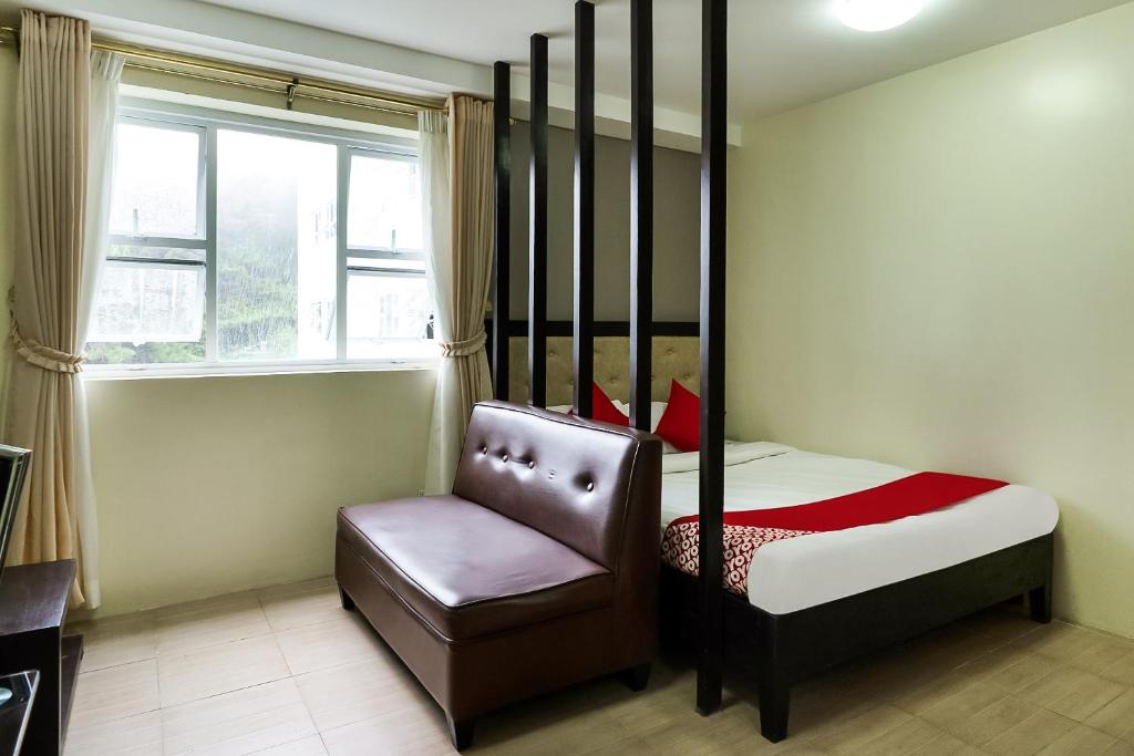 A bed or beds in a room at OYO 262 North Cambridge