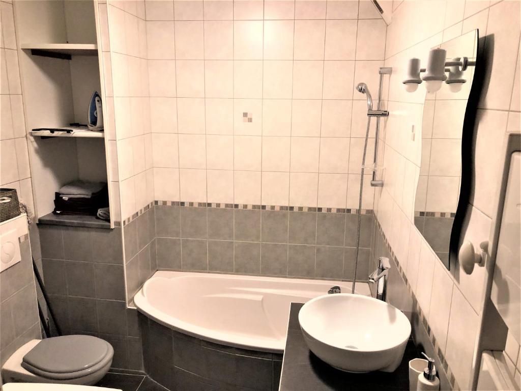 Lave Linge Dans Salle De Bain studio - baignoire - prêt de vtt - lave linge, le puy-en