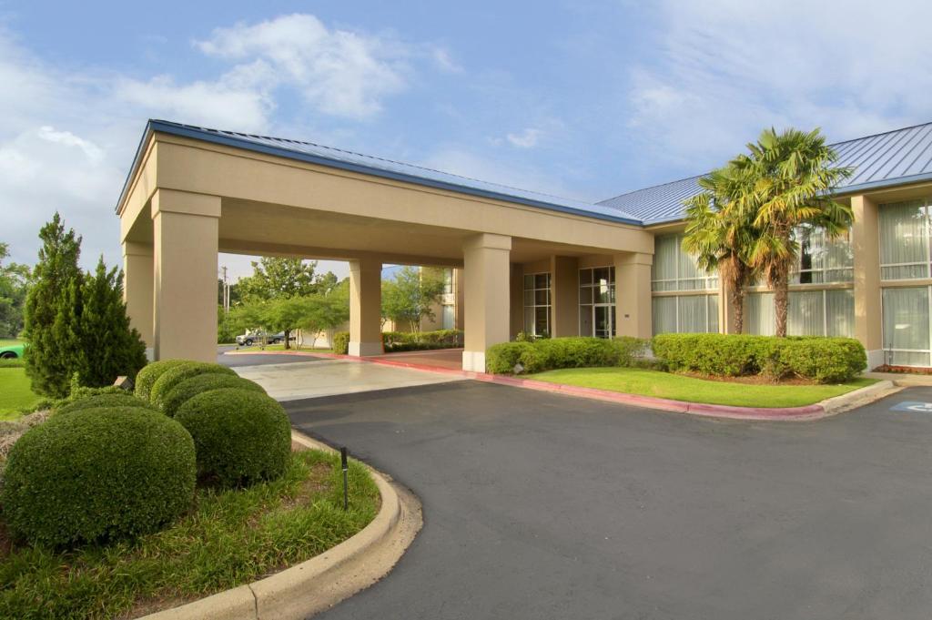 Economy Inn & Suites.
