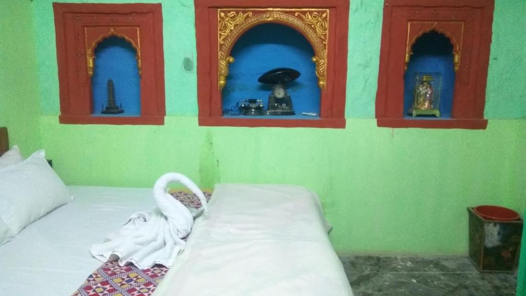 A bed or beds in a room at Shangri-La Haritage Haveli
